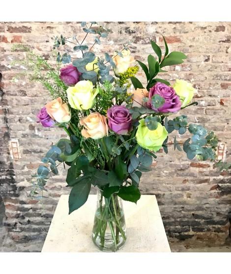 12 rosas con jarrón
