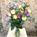 12 rosas multicolor con jarrón